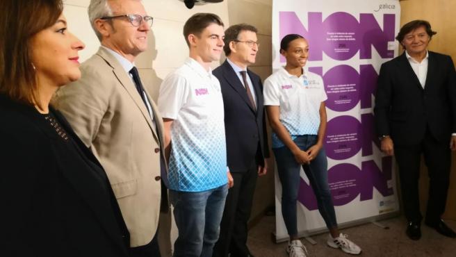 Los atletas Adrián Ben y Ana Peleteiro, con sus camisetas de la campaña contra la violencia de género