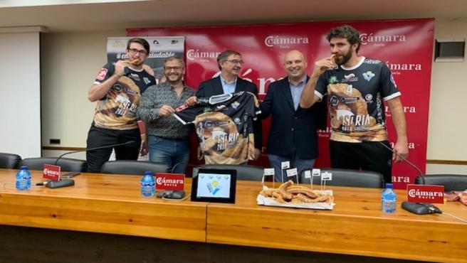 Presentación de la nueva camiseta del Club Voleibol Río Duero con el diseño del torrezno de Soria