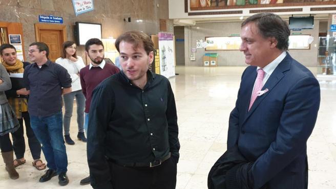 El alcalde de Salamanca (d) junto al investigador Pablo Jambrina.