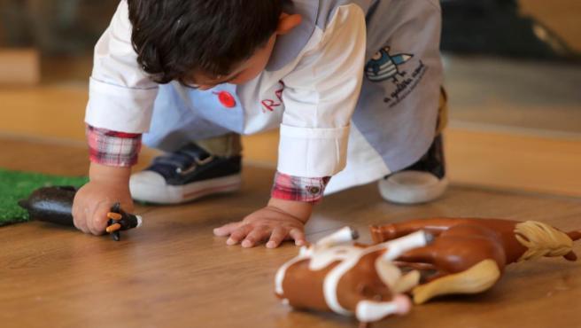 Un niño juega en una escuela infantil