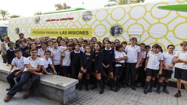 Alumnos de uno de los colegios que han visitado el autobús del Domund en Córdoba.