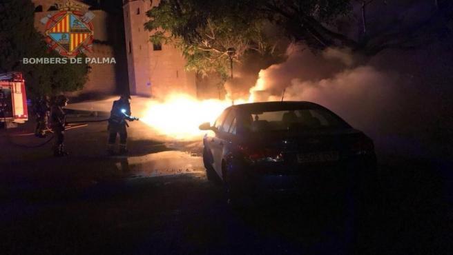 Bomberos de Palma actuando sobre un incendio en un vehículo.