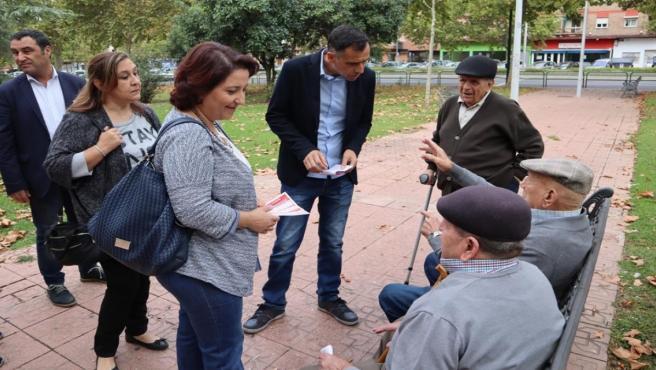 Alicia Moya y Alfonso Muñoz durante el paseo electoral.