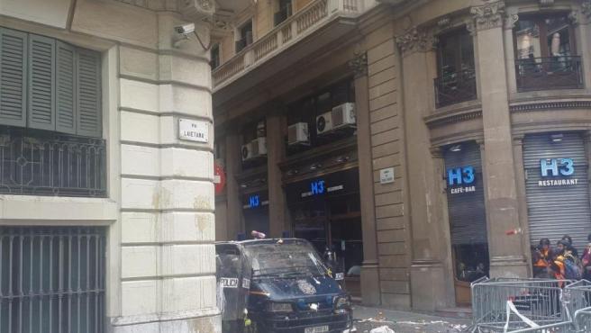 El dispositivo policial que custodia la Jefatura Superior de Policía de Barcelona ha recibido el impacto de huevos y otros objetos.