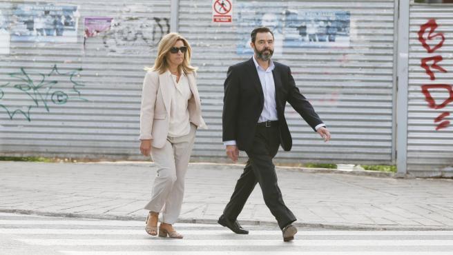 El único procesado del caso Sala, Miguel López, presunto autor de la muerte de su suegra, María del Carmen Martínez, viuda del expresidente de la extinta Caja de Ahorros del Mediterráneo (CAM) Vicente Sala, llega a los juzgados de Alicante junto a su her