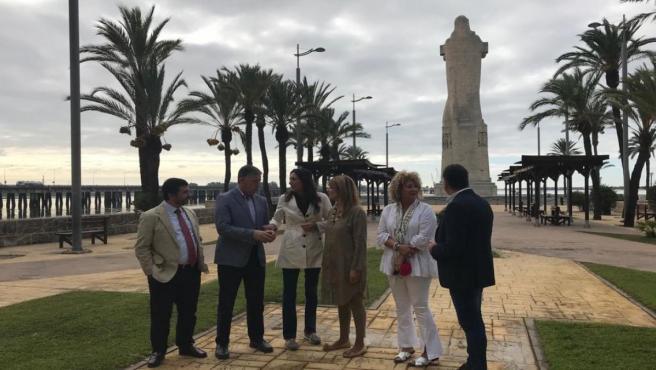 Loles López visita el Monumento a Colón en Huelva.