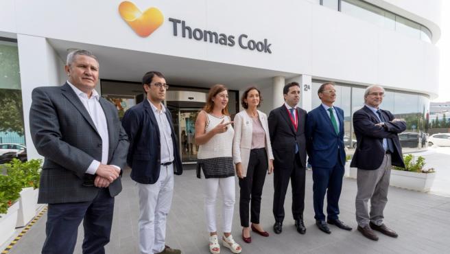 Reyes Maroto (c) se reúne con representantes del touroperador británico Thomas Cook en Palma.