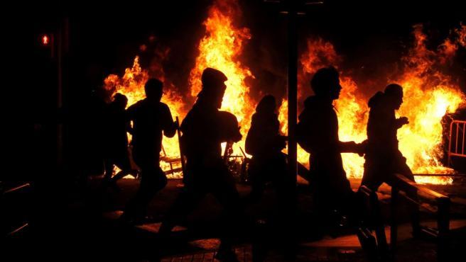 Un grupo de radicales durante una de las noches de disturbios en Barcelona.