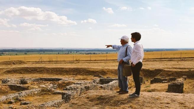 El diputado Pablo López y el arqueólogo Jesús Celis en el yacimiento de Lancia.
