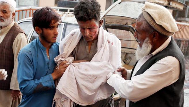 Imagen de los heridos tras el atentado de una mezquita en la provincia de Nangarhar (Afganistán).