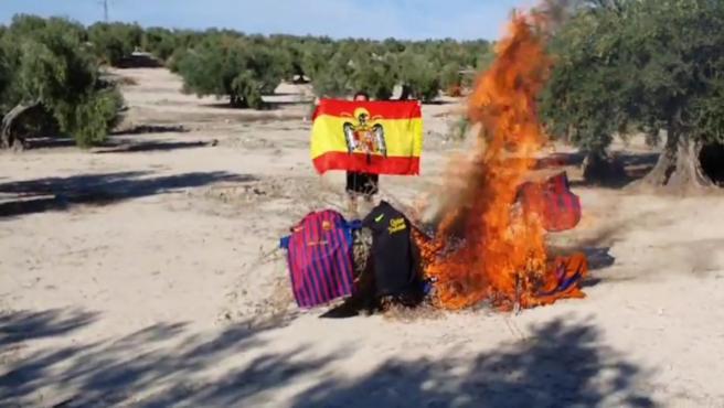 El presidente de Vox en Cazalilla, quemando camisetas del Barça por su postura a favor del indepnedentismo.