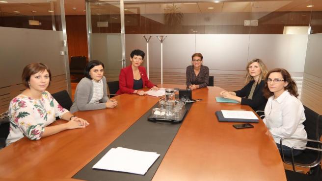 Las madres que reclaman la devolución del IRPF con la presidenta Chivite y la consejera Elma Saiz