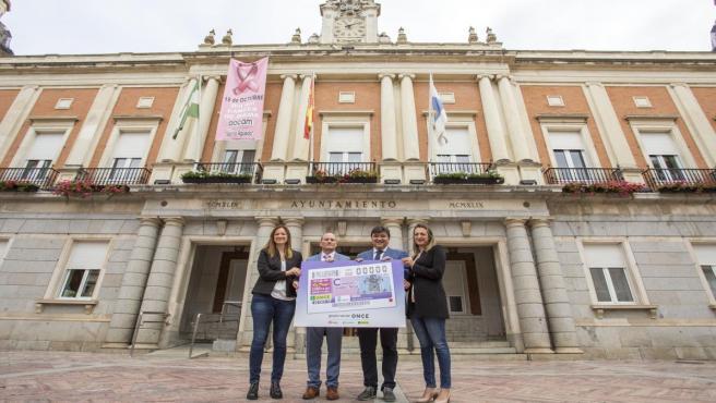 Presentan el cupón de la ONCE con el reloj del Ayuntamiento de Huelva como protagonista.