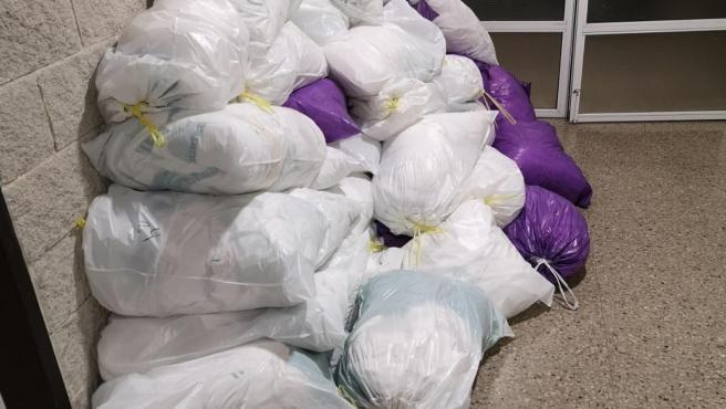 Bolsas de ropa sucia en el Hospital Juan Ramón Jiménez, según Csif.