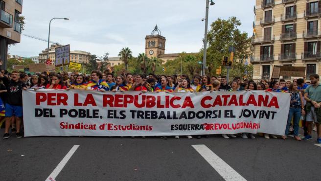 Cabecera de la manifestación estudiantil organizada en la Plaza de la Universidad de Barcelona, dentro de los actos convocados con motivo de la huelga general en Catalunya en reacción a la sentencia del 'procés', en Barcelona (Cataluña, España), a 18 de o