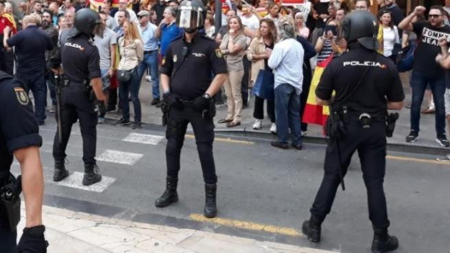 Cordón policial en València para separar una concentración contra la sentencia del Procés y un acto de ultraderechistas.