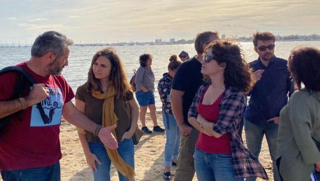 La portavoz adjunta del Grupo Confederal Unidas Podemos en el Congreso, Ione Belarra, ha visitado hoy la Región para reunirse con colectivos ecologistas y visitar junto a ellos las zonas más afectadas por la catástrofe ecológica en el Mar Menor