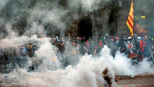 Grupos violentos durante los disturbios en la Via Laietana de Barcelona.