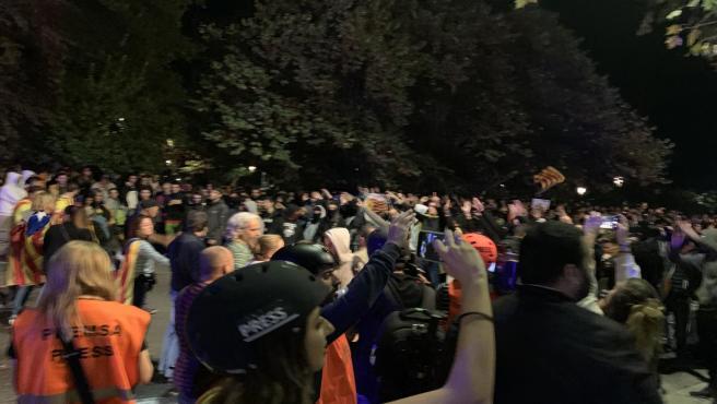 Un grupo de personas hace una barrera entre violentos y la policía en Lleida