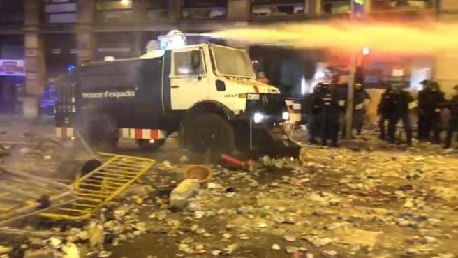 Tanqueta de agua de los mossos.