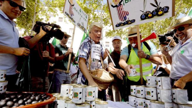 Protesta en Sevilla contra los aranceles de EEUU a la aceituna negra de mesa.