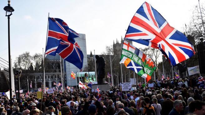 Manifestantes a favor del 'brexit' en el Parlamento británico.