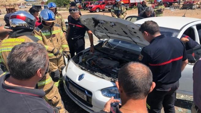 Los bomberos de la Diputación Provincial se forman sobre cómo actuar en accidentes de coches eléctricos.