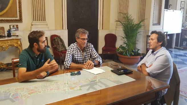 El alcalde de Cádiz, José María González, con los representantes de los trabajadores del puerto de Cádiz