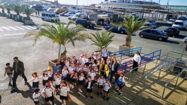 Alumnos del colegio 'Sek Alborán' de El Ejido visitan el Puerto de Almería.