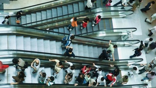 Imagen de varias escaleras mecánicas en un centro comercial.