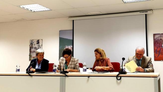 Firma de la adhesión entre la delegada territorial de Salud y Familias, María Jesús Botella y la alcaldesa del municipio, María Luisa Ceballos.