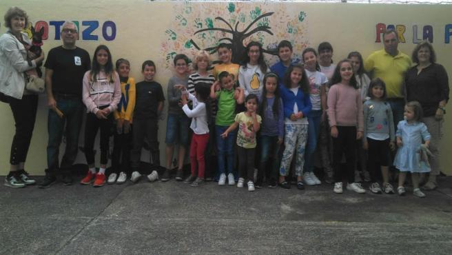 Foto de familia con profesores, alumnos y organizadores en el CEIP Botazo de Breña Alta (La Palma)