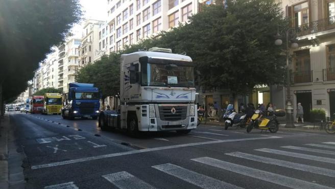 Marcha lenta de transportistas por el centro de València