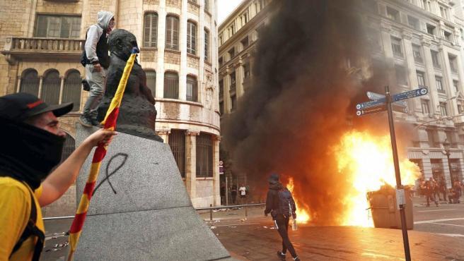 Varios manifestantes durante los disturbios frente a la comisaría de vía Laietana en Cataluña.