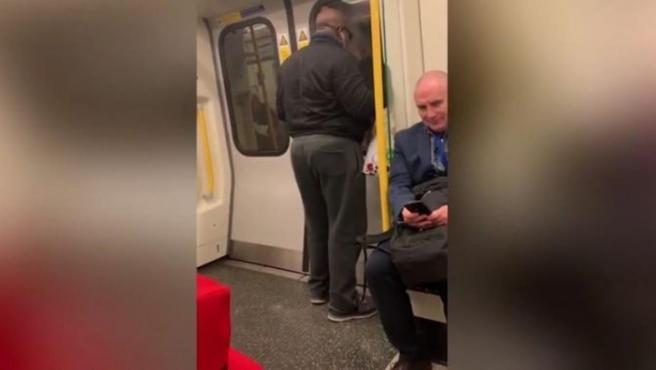 Este viajero del Metro de Londres se ha hecho viral por cantar a voz en grito el clásico de Bon Jovi 'Livin' on a prayer'.
