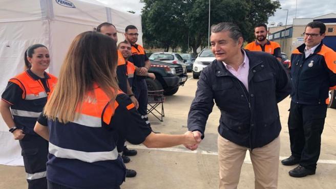 El viceconsejero de la Presidencia, Administración Pública e Interior, de la Junta de Andalucía, Antonio Sanz, saluda a voluntarios de la Agrupación Local de Voluntariado de Protección Civil de Lepe (Huelva).