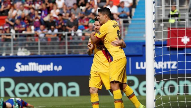 Messi y Luis Suárez celebran el tercer gol del Barcelona al Eibar.