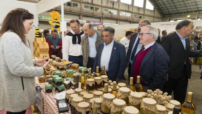 Las autoridades en la inauguración de la Feria Nacional Apícola