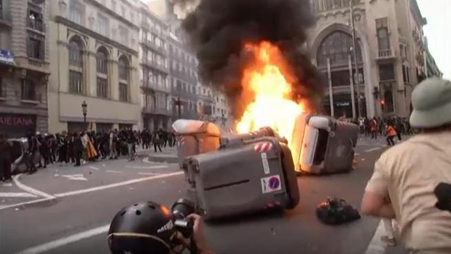 Contenedores ardiendo durante los disturbios en Barcelona.