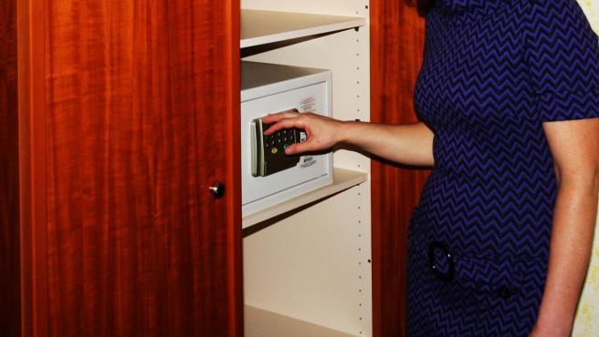 Imagen de una caja fuerte en un hotel.