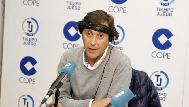El periodista Paco González, en los estudios de la COPE.