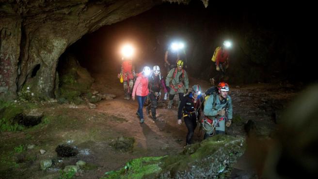 Las tres espeleólogas saliendo por su propio pie de la cueva de Coventosa en julio de 2019.