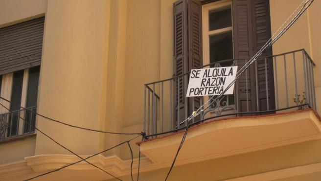 Imagen de un cartel de alquiler en una vivienda.