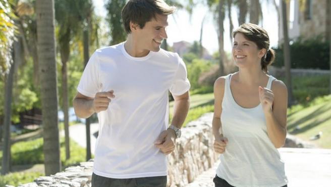 Un estudio revela que hacer ejercicio antes de desayunar hace que se pierda el doble de grasa.