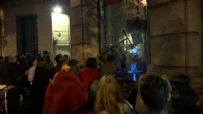 Imagen de un saqueo a una tienda de tecnología en el centro de Barcelona durante los disturbios en la ciudad por la sentencia del procés.