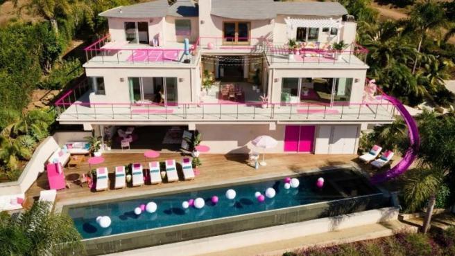 Así es la mansión de Barbie en Malibu, California.