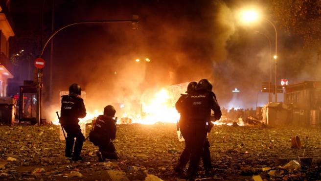 Agentes de la Policía Nacional durante los disturbios en Barcelona este viernes.