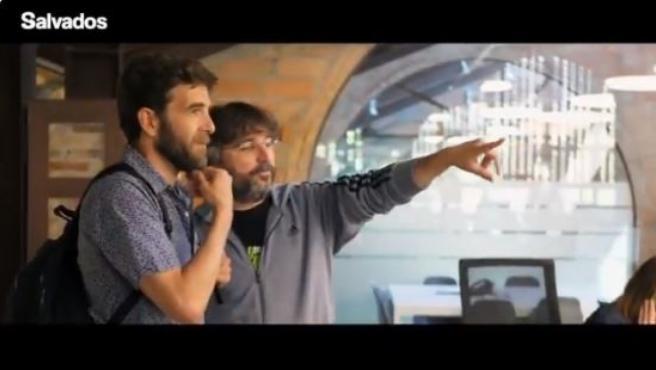 Jordi Évole y Gonzo en la llegada de este a la redacción.