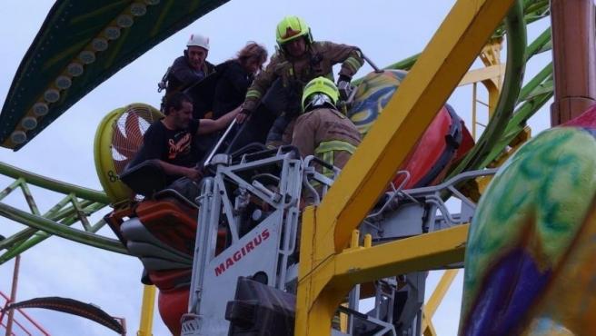 Nueve personas quedaron atrapadas en una atracción de feria en Zaragoza.