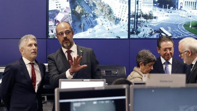 El ministro del Interior, Fernando Grande-Marlaska, junto al conseller de Interior catalán, Miquel Buch, en el centro de mando policial en Barcelona.